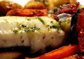 Merluza al horno con papas y cebolla