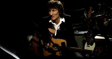 Ronnie Wood conoce a su nieto en concierto